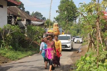 Balinaises qui fêtent la cérémonie Galugan