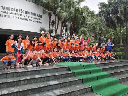 Un groupe d'élèves devant le Musée Ethnographique