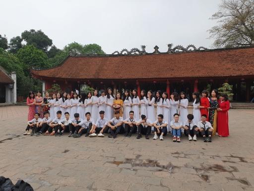 Etudiants qui célèbrent leur diplôme au temple de la Littérature