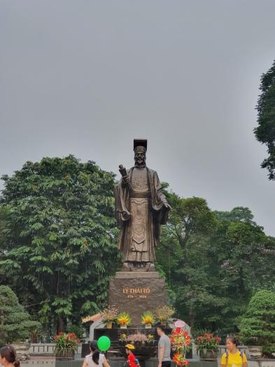 Place animée dans Hanoï avec la belle statue de Ho Chi Min