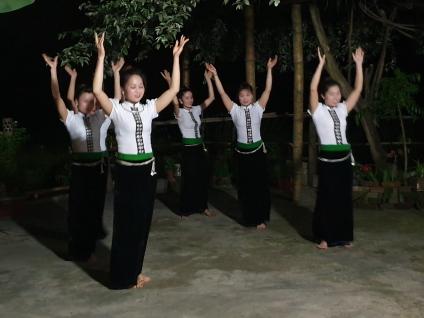 Dans traditionnelle par les Thaïs Blancs
