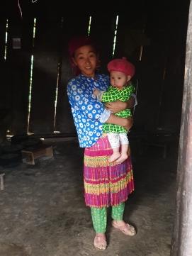 Une Mhong et son enfant