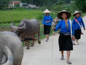 Villageoise qui rentre du travail