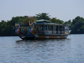 Bateau traditionnel sur la rivière des parfums